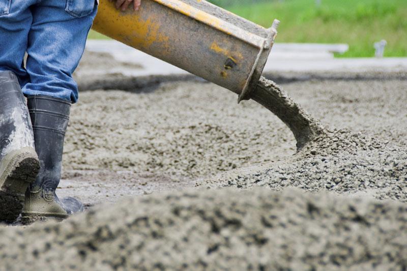 concrete-contractor-installing-concrete
